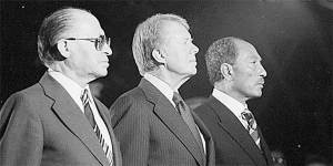 De izquierda a derecha, Menachem Begin, Jimmy Carter y Anwar el-Sadat en Camp David. Atributtion: Bill Fitz-Patrick